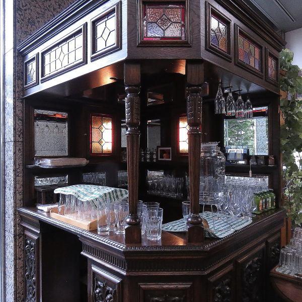 こちらのお洒落なバーカウンターは、愛され続けてきた永福町店でも使用していたアンティーク物。一際存在感を放ち、まるで別世界に迷い込んだかのよう♪