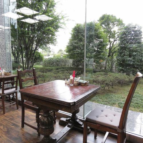 落ち着いた雰囲気のテーブルが、優雅なティータイムを演出しています♪お一人様でも、ご友人同士でも、仕事仲間の方との来店なども歓迎です!