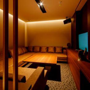 【ROOM 003】最大5名様ご利用可能の個室/広々としたエレガントとモダンが融合したゆったりソファーラウンドタイプ。カラオケや個室ラウンジのご利用に最適です。