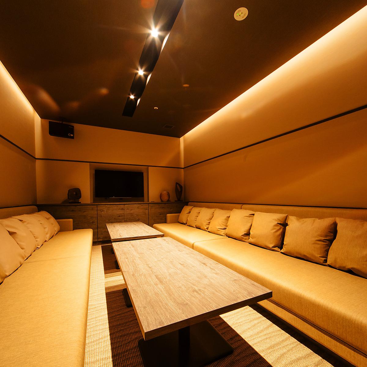 【ROOM 005】私人房間最多可容納12人/舒適的沙發麵向風格,寬敞典雅,現代混合。非常適合用餐和娛樂。