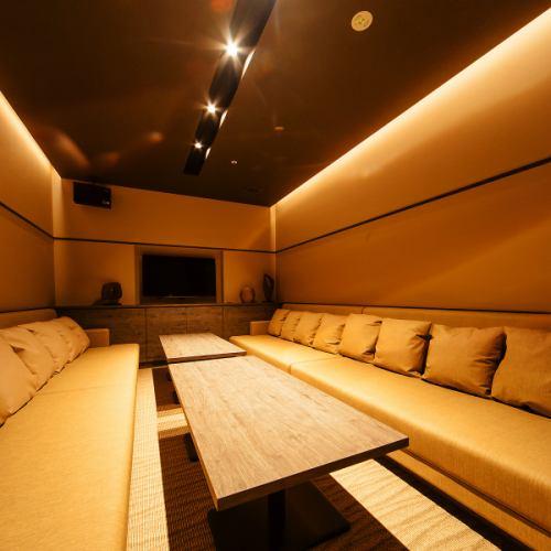 【ROOM 005】最大12名様ご利用可能の個室/広々としたエレガントとモダンが融合したゆったりソファー対面式のお部屋です。お食事や接待に最適。