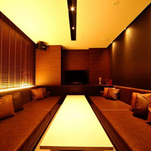 【ROOM 008】最大10名様ご利用可能の個室/広々としたエレガントとモダンが融合したゆったりソファー対面式のお部屋です。お食事や接待に最適。
