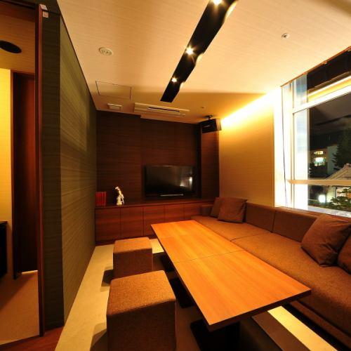 【VIP ROOM 011】最大5名様ご利用可能の特別個室/広々としたエレガントとモダンが融合したプライベートタイプ。WC完備。幅広くご利用頂けます。