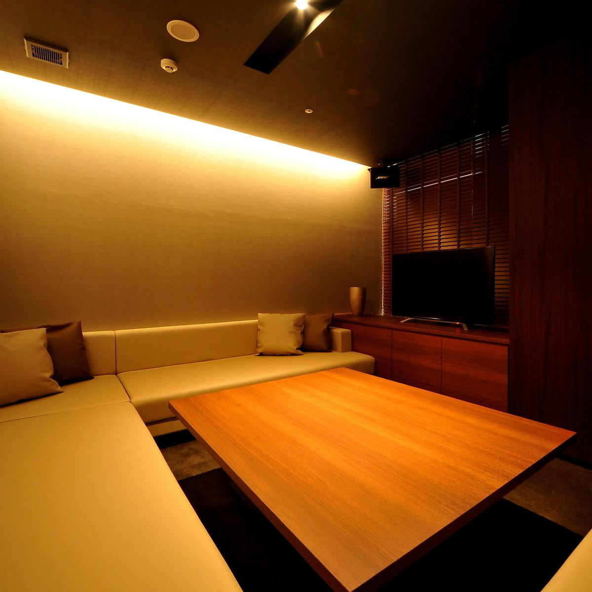 【房間010】私人房間最多可容納6人/寬鬆沙發圓形,寬敞典雅,現代混合。非常適合卡拉OK和私人休息室。