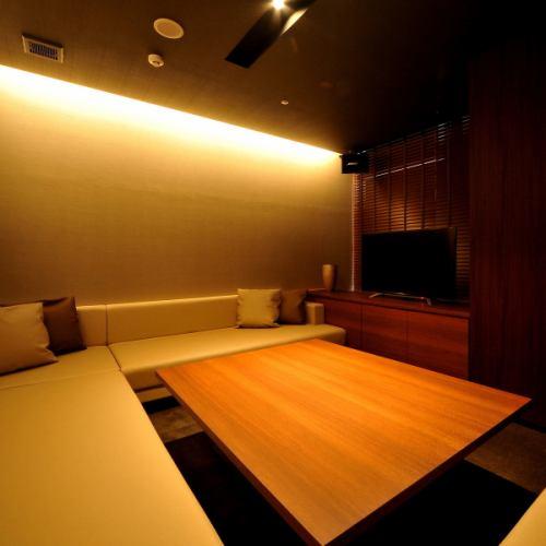 【ROOM 010】最大6名様ご利用可能の個室/広々としたエレガントとモダンが融合したゆったりソファーラウンドタイプ。カラオケや個室ラウンジとして最適です。