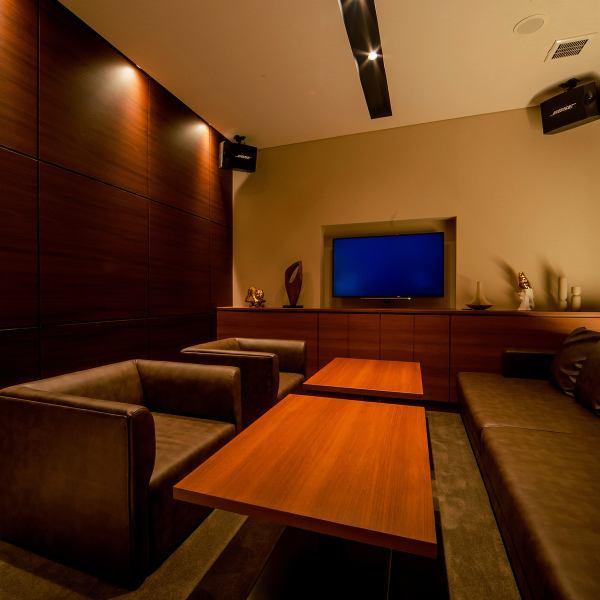 """【优雅而现代的优雅私密空间】我们在Barrele提供""""仅限成人轻松的成人游乐场""""(意思是:价值)。您可以在优雅而现代的宽敞空间享受最新的卡拉OK和正宗的意大利美食,就像度假酒店一样。仅有2间客房设有带卫生间的豪华贵宾室"""