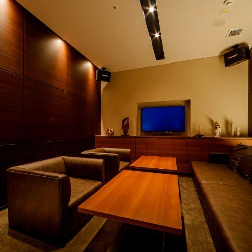 【ROOM 002】最大5名様ご利用可能の個室/広々としたエレガントとモダンが融合したゆったりソファー対面式のお部屋です。お食事、デート、記念日に最適です。