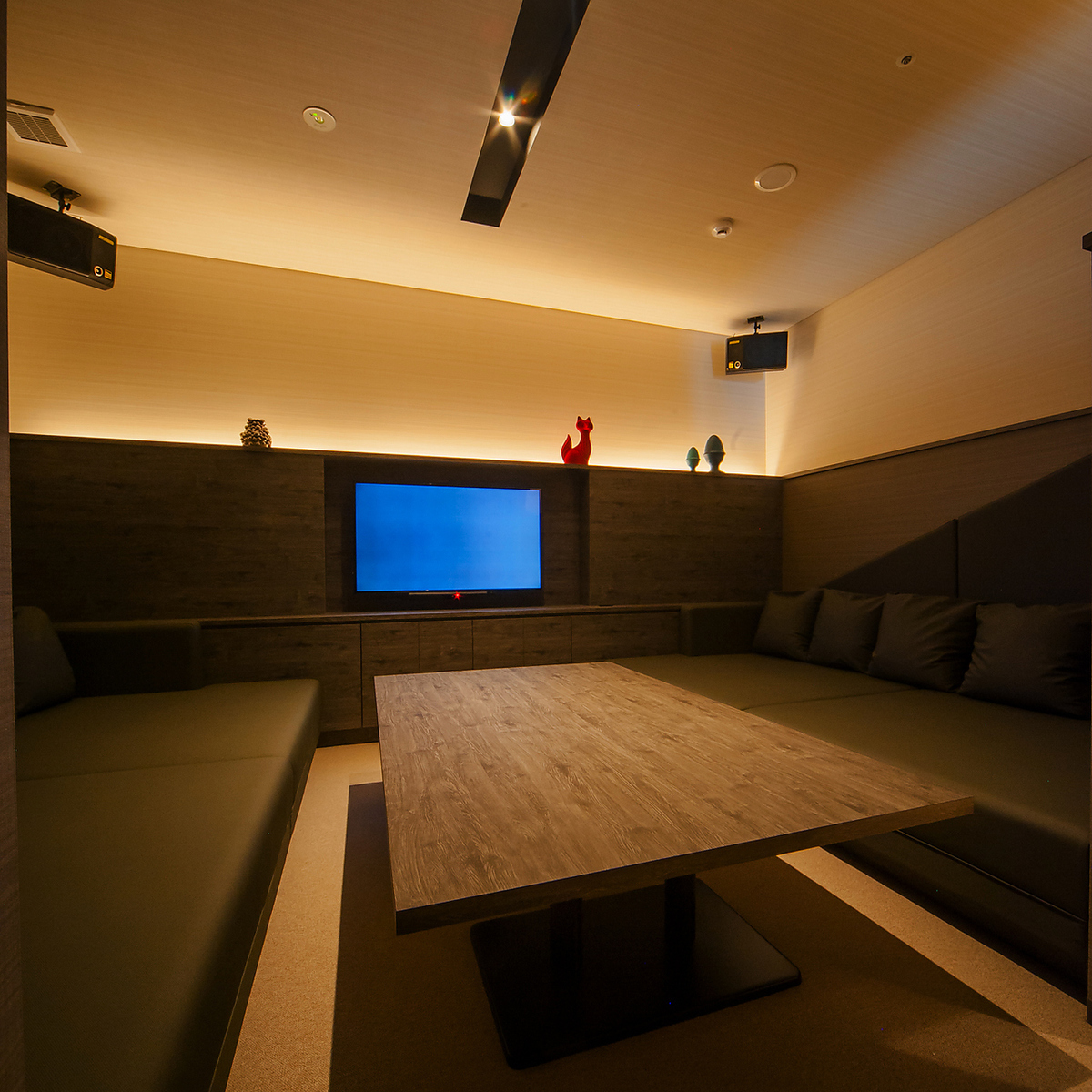 【ROOM 006】私人房間最多可容納6人/床沙發,寬敞典雅,現代混合。非常適合用作卡拉OK或私人休息室。
