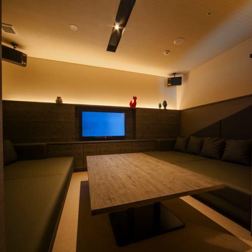 【ROOM 006】最大6名様ご利用可能の個室/広々としたエレガントとモダンが融合したベッドソファータイプのお部屋です。カラオケや個室ラウンジとしてのご利用に最適。