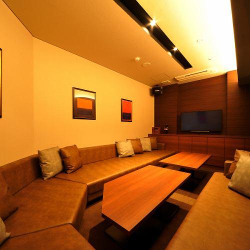 【ROOM 001】最大8名様ご利用可能の個室/広々としたエレガントとモダンが融合したラウンド型ソファーのお部屋です。幅広くご利用頂けます。
