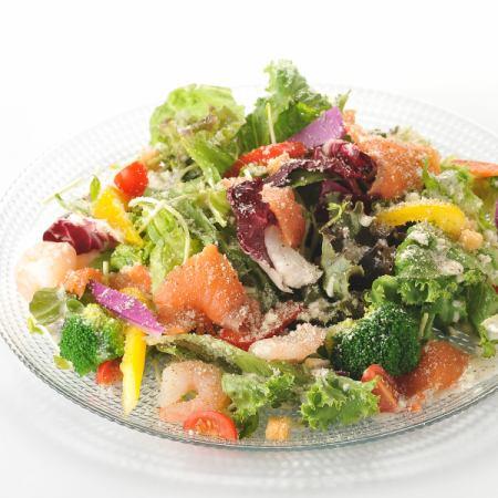 凯撒沙拉用虾和熏制鲑鱼