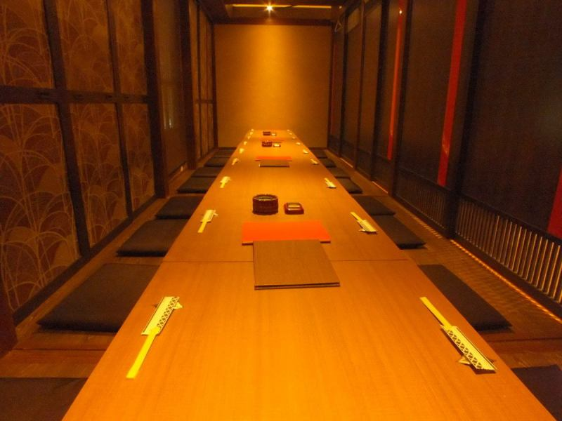 It is a private dining room that you can use up to 24 people.Directing a calm atmosphere of warm color lighting.It is also suitable for corporate banquets and entertainment.