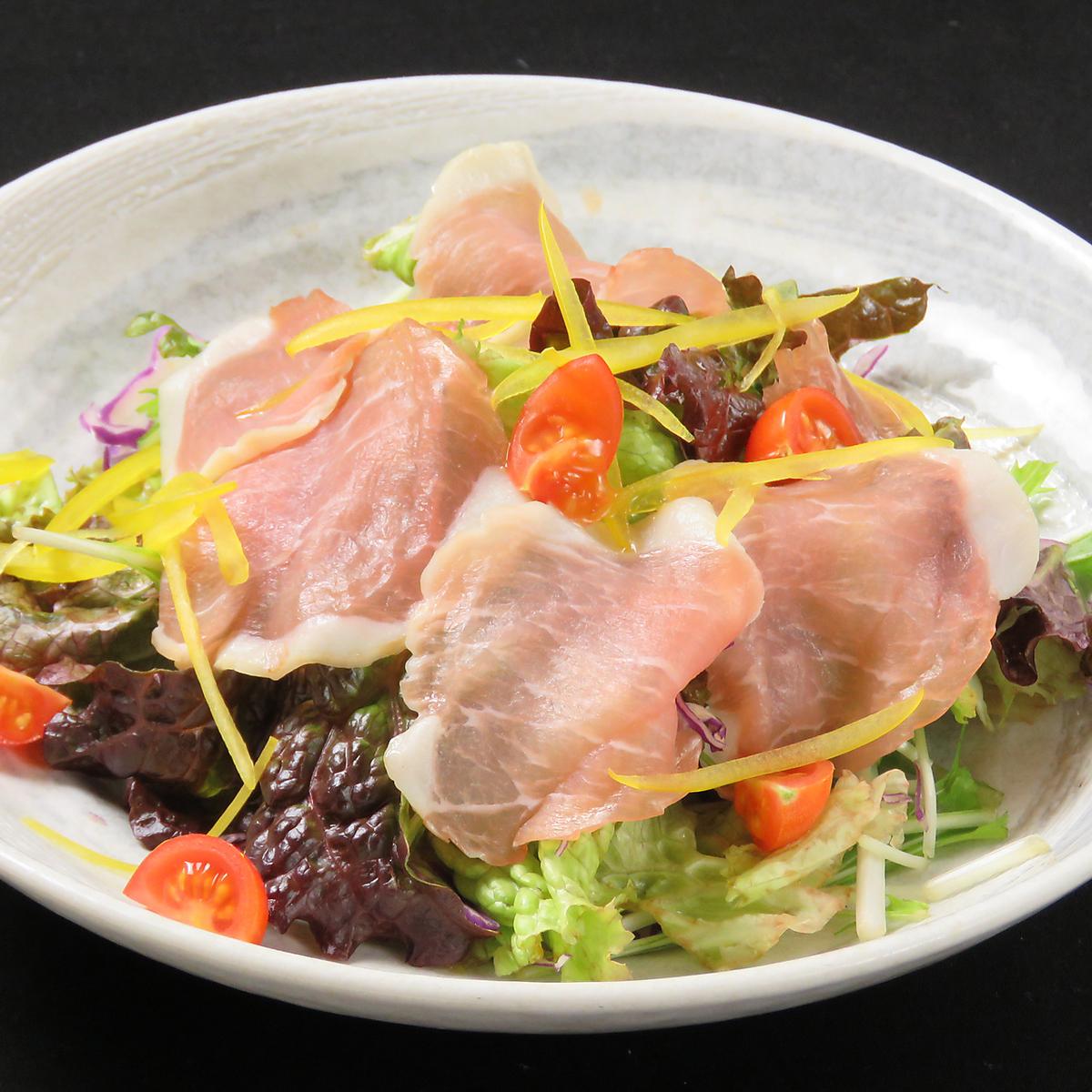 凱撒沙拉用未加工的火腿和色的菜
