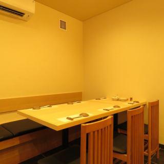 6名様用のテーブル席。お仕事での接待やご友人とのご宴会など様々な用途にご利用いただけます。