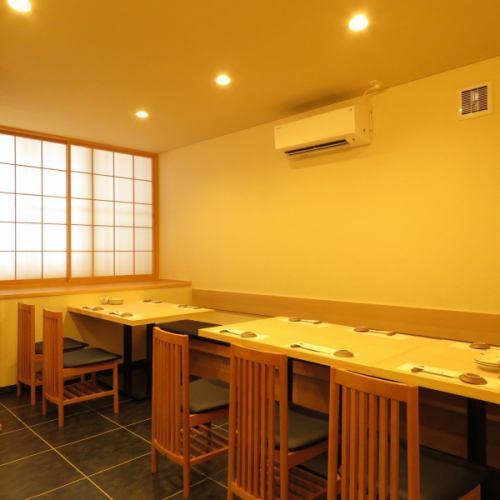 4名様用テーブルと6名様用テーブル使用して10名様のご宴会にもご利用いただけます。