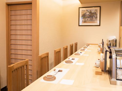 カウンター席は8席をご用意。デートや記念日、お一人様でのご来店にもどうぞ。