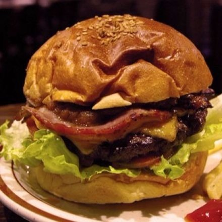 幸運の燻製バーガー
