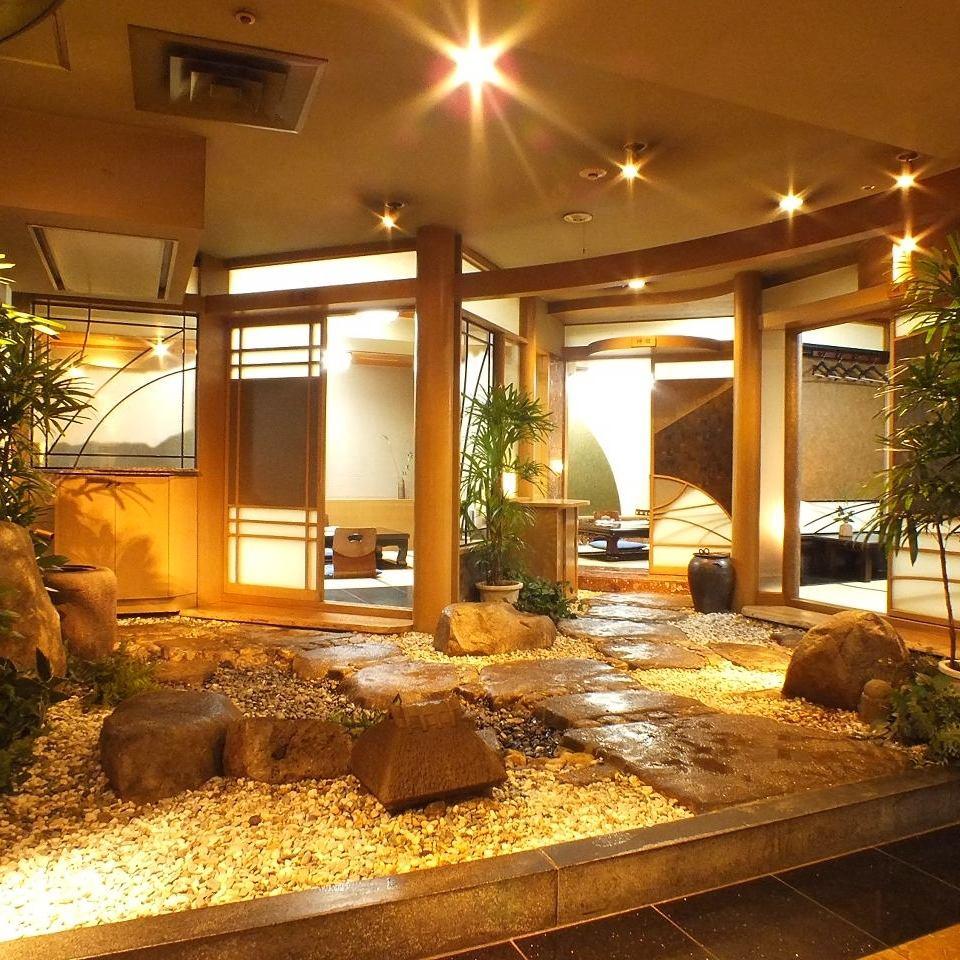 庭園が望める和個室は記念日に最適…和装店員が大切な一時を演出