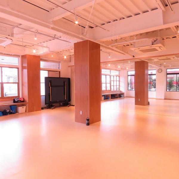 レンタルスペースのご案内です。 床はタップやダンスに最適なリノリウムを使用。壁には鏡もございます。 ボクササイズ・ストレッチ教室・コンサートなどにご利用頂いております。イベントご開催時は、店舗のinstagramやfacebookでご案内も可能です。 最初の1時間は2000円、以降1時間ごとに1500円でご利用頂けます。