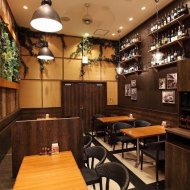 想象东方度假村的酒店餐厅的平静内部,舒适的光线,为广大客户推荐的色调。它主要由座椅组成,易于布局,因此您可以根据人数调整座椅。