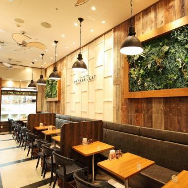 宽敞的内部包裹着温暖的木材,共有38个座位。它也可以用于大人物。在时尚的亚洲空间享用正宗的亚洲美食和菜单。