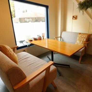 我们有3张桌子可容纳4人沙发座椅。