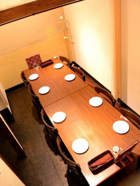 ■最大8名までOKの完全個室を完備!少人数の飲み会にも、会社の部署ごとの飲み会にも、ママ友と語らうにも◎ ※こちらは4名様用に仕切りを設けることも可能です。