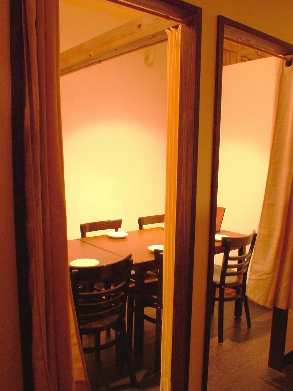 我们有一个8人或以上的私人房间。您也可以将它们分成两部分。请根据各种目的使用它,如女孩派对,告别招待会,饮酒派对,约会,钢棒。