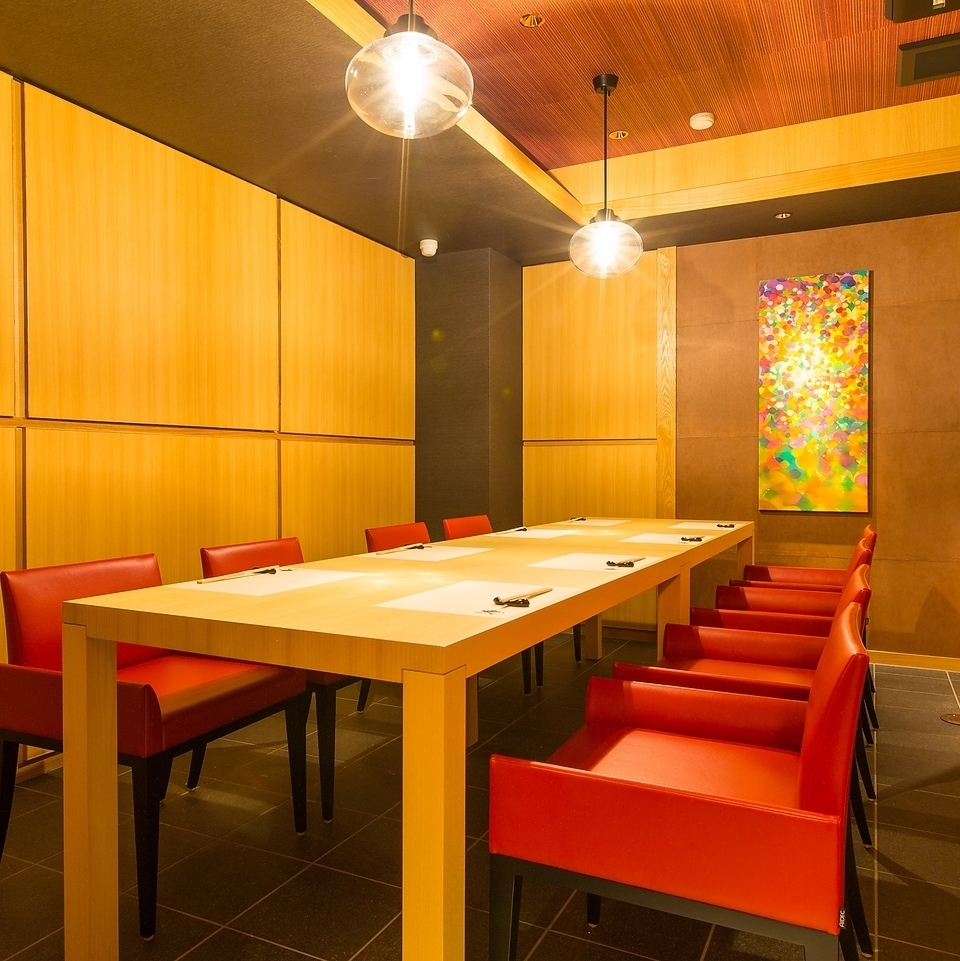 Each table seat is semi-private room like here.You can enjoy the relaxing time without worrying about the surrounding guests, such as the girls' party and anniversary.