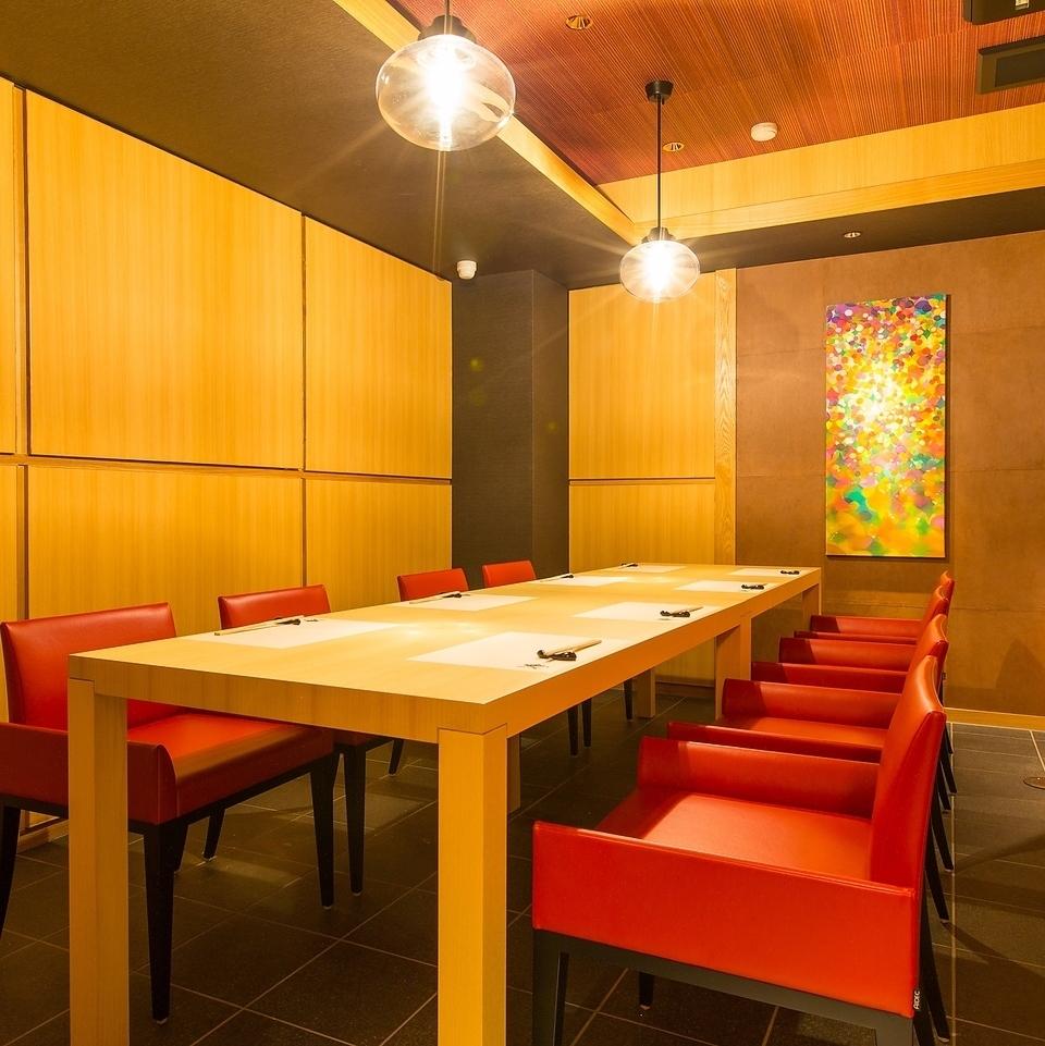 每個桌椅都是半私人房間,就像這裡一樣。您可以享受輕鬆的時光,而不必擔心周圍的客人,如女孩派對和周年紀念日。