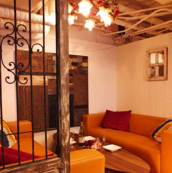【個室/ソファー席】個室は5名~最大10名様迄ご利用可能です!個室やソファー席以外にもゆっくりとお寛ぎ頂けるように広く空間を確保したテーブル席もご用意しております。白を基調にした空間は落ち着きながらもお洒落な雰囲気◎