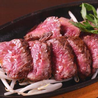 食材には並々ならぬこだわりも。燻製牛サガリのロースト。