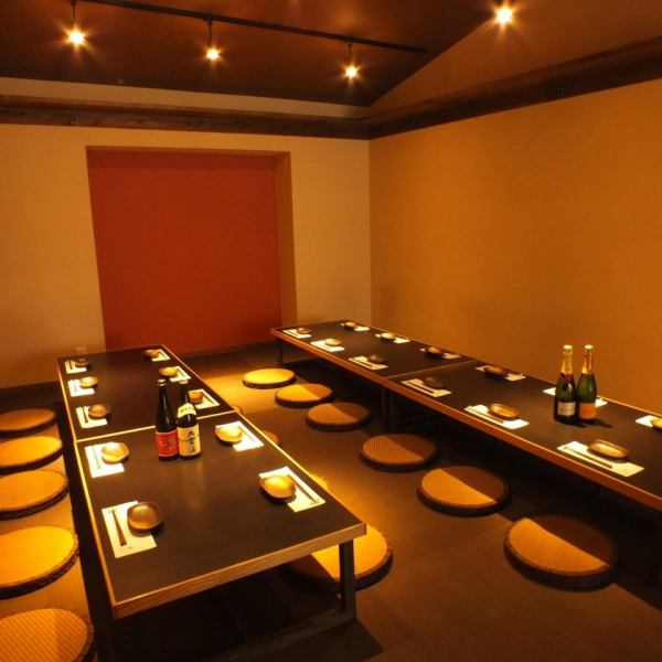 最大35名様まで収容可能の宴会個室。テーブルは人数に合わせてレイアウト可能。会社宴会にピッタリの個室です。大人数のご宴会はお早目のご予約をオススメします。