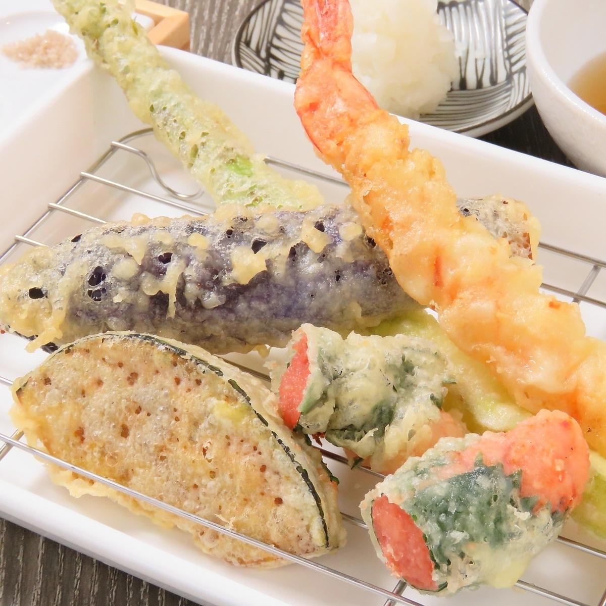 揚げたての天ぷらを提供
