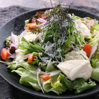 胡麻の風味広がる豆富サラダ