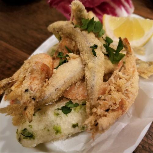 魚介類とゼッポリーネのフリット盛り合わせ