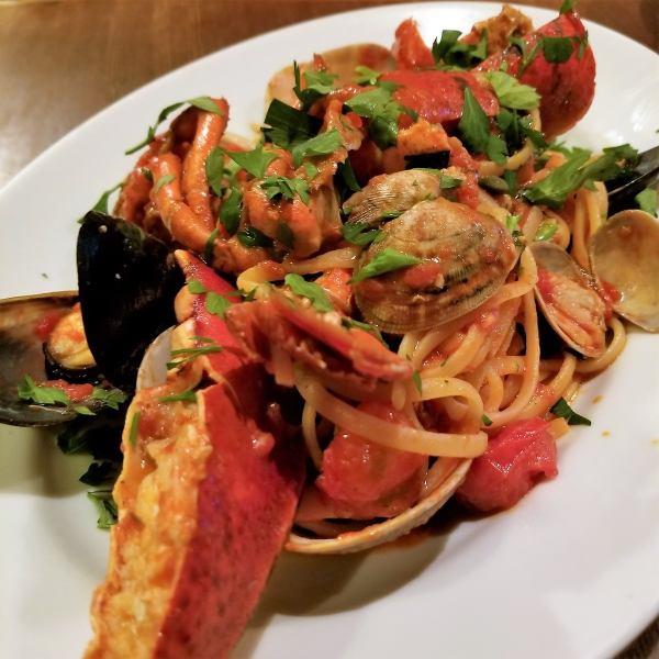 ヴァカンツァ名物!丸ごとオマール海老と旬の貝類のトマトソース、リングイネ~ペスカトーレ~