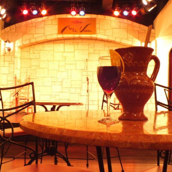 【テーブル席】異国な雰囲気をかもしだす非日常的な空間で迫力あるフラメンコショーをが楽しめる店内。時間を忘れるほどの本格的なショーとスペイン料理を心ゆくまでお楽しみください。