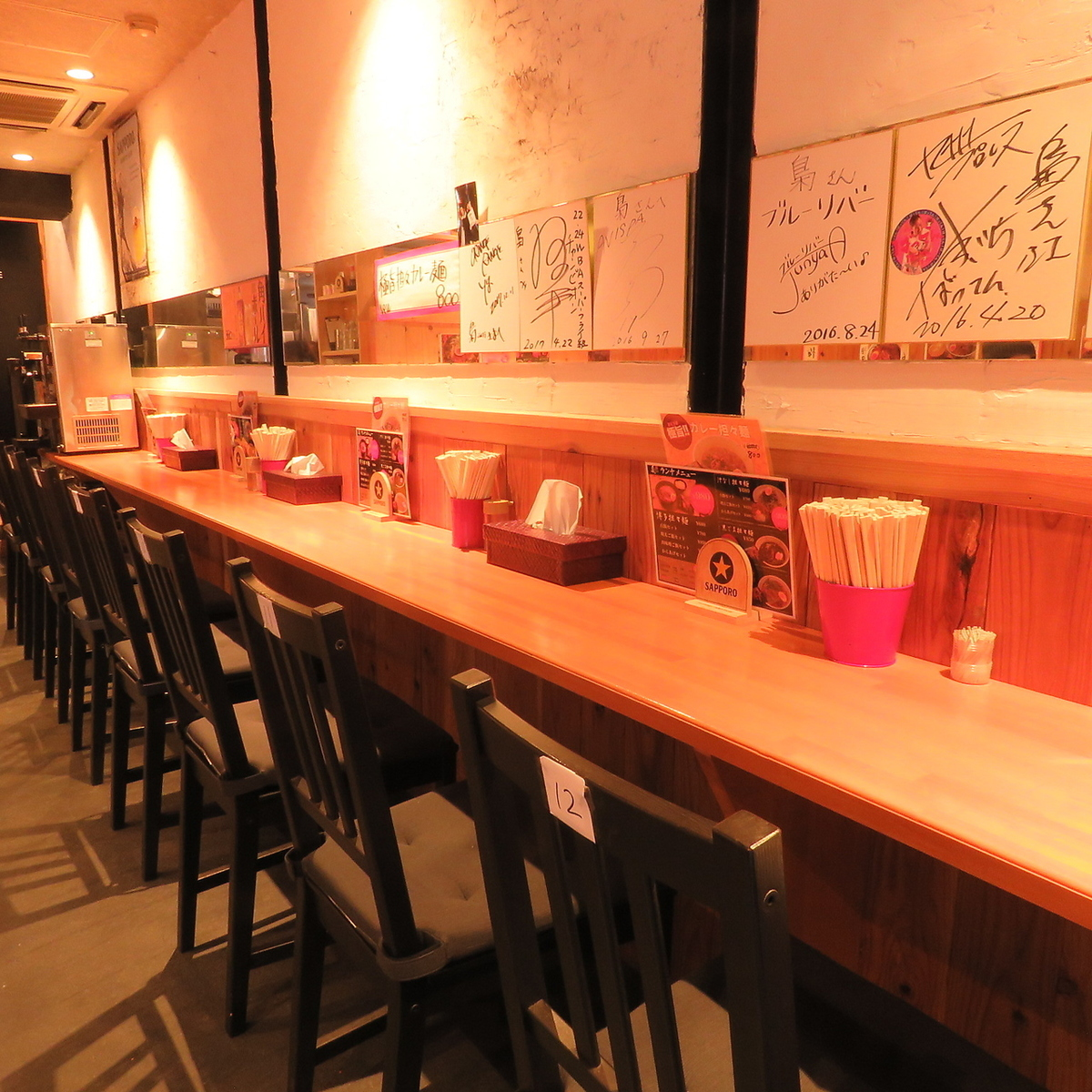 ▼ Reliable even for one person It is a counter seat that you can use easily.A celebrity's signature on the wall is crowded ♪