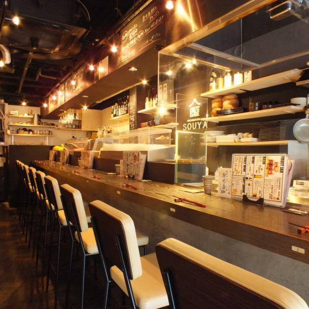 カウンター席では串焼きと寿司それぞれの職人が創るのを目で楽しめる圧巻のライブ感!!
