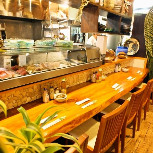 Counter seats while watching the boast of fish meal and conversation can also enjoy popular!