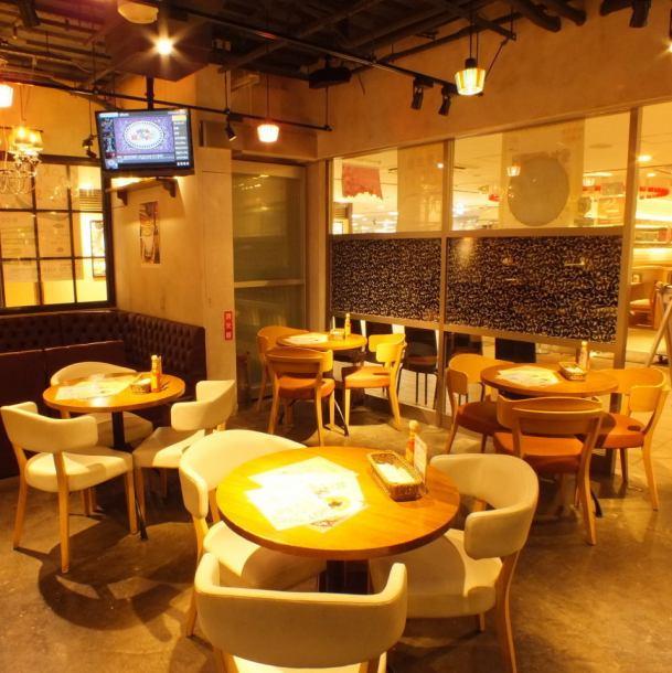 桌子座位是商店的主要場所!我們正在準備各種類型的座椅,因此我們將根據人數和要求引導您找到最佳座位。Orange的間接證明營造出溫馨的氛圍☆休閒隨意的氛圍讓人放鬆心情。請慢慢享受你和親人的用餐和飲酒♪