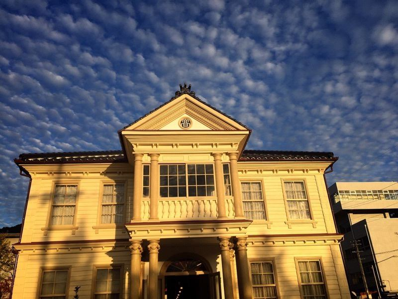 木造二階建、寄棟造の本棟は、屋根は瓦葺ながら、外壁の下見坂には白色系のオイルペンキが塗られ、バルコニーを支える太い6本の円柱や玄関扉上のステンドグラスを配した半円形の飾り窓などに明治中期の洋風建築の成熟ぶりが感じられます。明治洋風建築で、学校制度の変遷を語る上でも貴重な建物です。