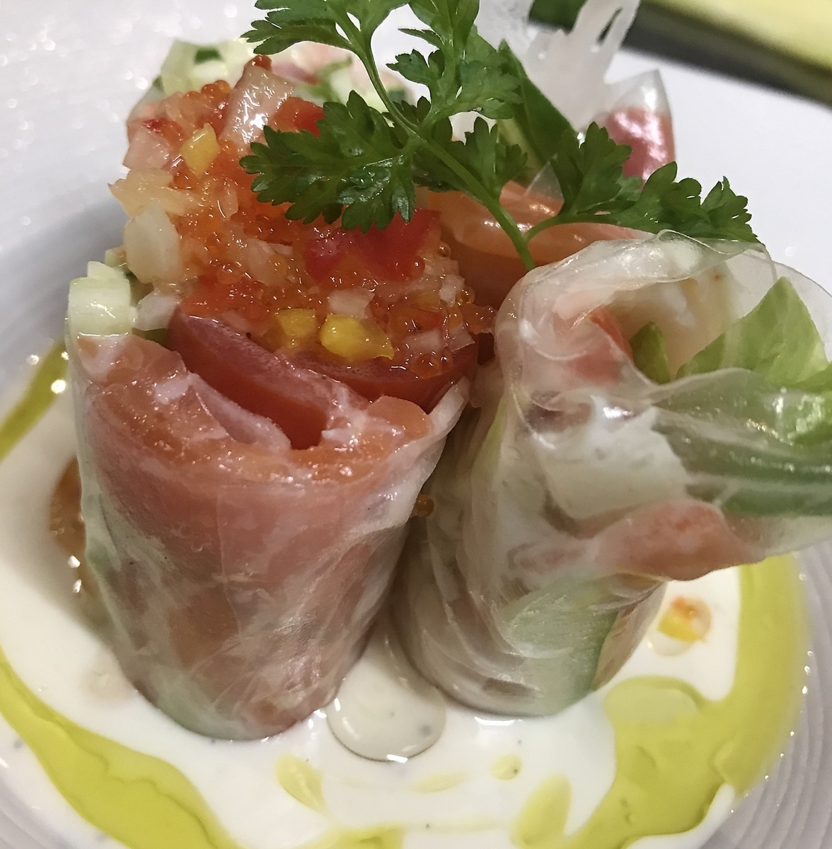 Salad with shrimp and salmon Raw spring roll
