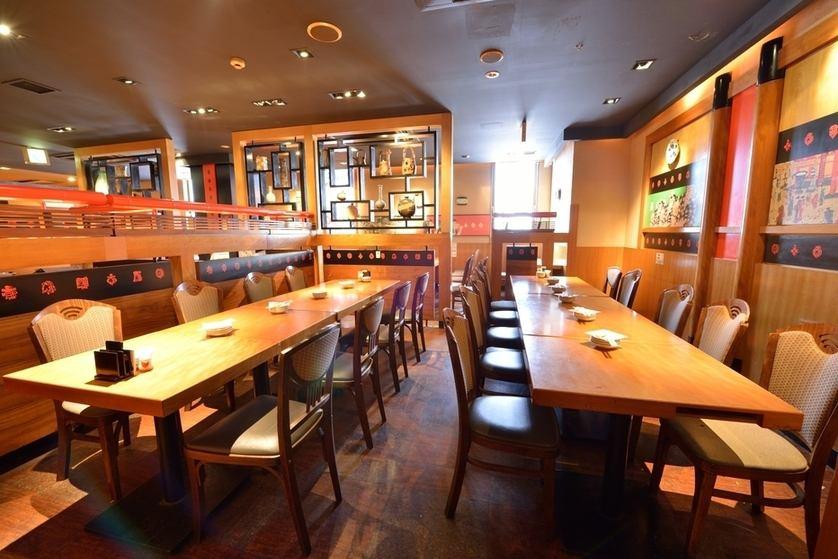 オールバリアフリーのテーブル席貸しきり宴会最大85名様可能。フロアー中央部には巨大テレビの設置があり、スポーツ観戦しながらの宴会も楽しめます。