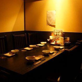 【個室有り】旅館にでも来たような、そんな心配りさえ感じられるお店です♪居心地よくて、ついつい長居してしまいそう…。各個室は仕切りで区切られており、プライベート空間を楽しめます。デートや女子会はもちろん、会社宴会等の大型宴会も個室で楽しめる!!落ち着いた雰囲気の空間を各種取り揃えています。※写真は系列店