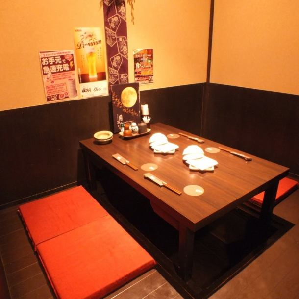 【2名~大人数までの個室を多数ご用意】個室空間で、月のあかりに包まれた様な和空間を演出。プライベート感のある個室でこだわりの刺身や焼き鳥、日本酒をお楽しみください。2~44名個室と人数に合わせてご利用頂けます。大小様々な個室・半個室を12室ご用意しているので、ご家族でのご利用や女子会、誕生日会にもどうぞ。