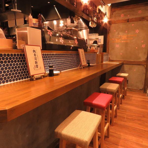 【カウンター席】寿司を握ったり肉を炙ったりの匠の技を目の前で見られるのがカウンター席の醍醐味。スタッフにおすすめを聞くも良し、ゆっくりとお食事を楽しむも良し。お気に入りのお酒と共にお過ごしください。
