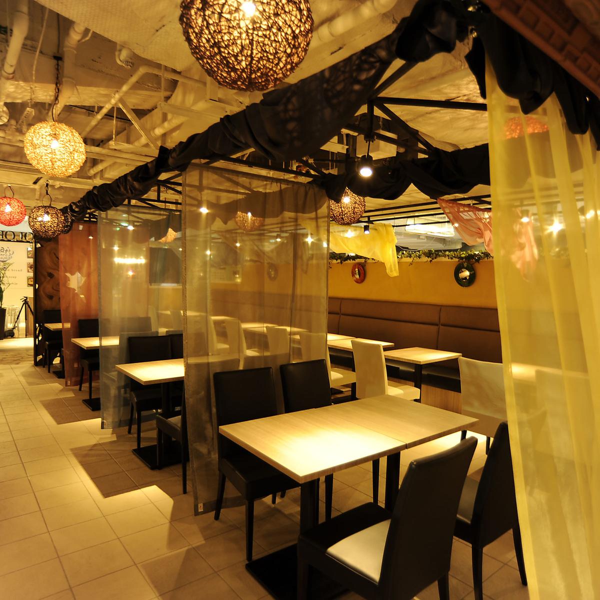 The inside of an Asian taste shop is popular among women.