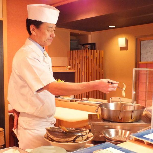 """ミシュラン取得した専属の天麩羅料理人が一品一品丁寧に揚げていきます。天ぷら油は愛知県蒲郡の高級食材と世界的にも認められている""""太白""""白胡麻油を使用、天麩羅の他にも日本料理の旬の単品がご注文頂けます。クーポン利用でお得な価格でご提供しております。五感で味わうことのできるカウンター席でのおもてなし。"""